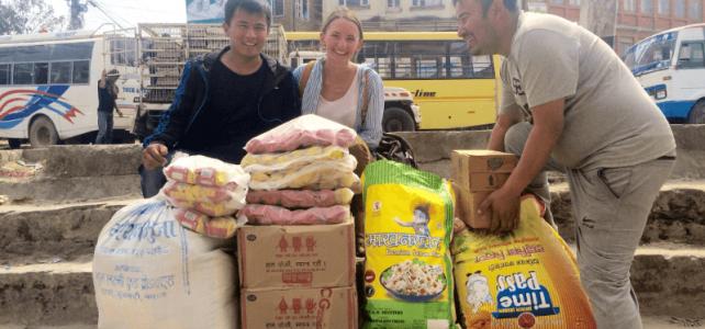 Essen für Kinder in Nepal
